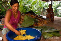 A woman riverside village of Timicuro juanes I prepared some rice and chicken.
