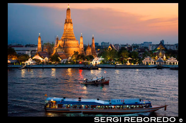 Landscape in sunset of Wat Arun Temple from Chao Praya River from the roof of Sala Rattanakosin Hotel. Bangkok. Thailand. Asia. Sala Rattanakosin restaurant and bar, sala rattanakosin's restaurant, is a scenic, riverfront dining option, overlooking the legendary chao phraya river and the mystical temple of dawn. Sala Rattanakosin bangkok also features the roof, this rooftop bar and terrace in bangkok provides idyllic riverfront setting to relax with a cold beverage at the end of a wonderful sightseeing day. At Sala Rattanakosin, we make sure that guests will have a memorable experience as they enjoy our wine bar and restaurant in bangkok. THE ROOF. chic open-air rooftop bar and lounge, with stunning views of the chao phraya river, temple of the dawn (wat arun) and other historical sites. serving beer, cocktails, wines and light snacks daily. A scenic, riverfront restaurant, overlooking the chao phraya river and the temple of the dawn (wat arun). the two storey restaurant offers indoor seating and an outdoor over water dining deck, serving a variety of delectable international dishes and a diverse selection of traditional thai favourites. the river bar features a variety of worldly wines, beers and cocktails, and has become one of bangkok's most romantic and iconic dining experiences.