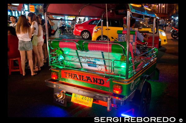 Tuk tuk taxi in the street. View down Thanon Yaowarat road at night in central Chinatown district of Bangkok Thailand. Yaowarat and Phahurat is Bangkok's multicultural district, located west of Silom and southeast of Rattanakosin. Yaowarat Road is the home of Bangkok's sizable Chinese community, while those of Indian ethnicity have congregated around Phahurat Road. By day, Yaowarat doesn't look that much different from any other part of Bangkok, though the neighbourhood feels like a big street market and there are some hidden gems waiting to be explored. But at night, the neon signs blazing with Chinese characters are turned on and crowds from the restaurants spill out onto the streets, turning the area into a miniature Hong Kong (minus the skyscrapers). Phahurat is an excellent place for buying fabrics, accessories and religious paraphernalia. A visit to the area is not complete without having some of its amazing delicacies that sell for an absolute bargain — such as bird's nest or some Indian curries. Bangkok's Chinatown is a popular tourist attraction and a food haven for new generation gourmands who flock here after sunset to explore the vibrant street-side cuisine. At day time, it's no less busy, as hordes of shoppers descend upon this 1-km strip and adjacent Charoenkrung Road to get a day's worth of staple, trade gold, or pay a visit to one of the Chinese temples. Packed with market stalls, street-side restaurants and a dense concentration of gold shops, Chinatown is an experience not to miss. The energy that oozes from its endless rows of wooden shop-houses is plain contagious – it will keep you wanting to come back for more. Plan your visit during major festivals, like Chinese New Year, and you will see Bangkok Chinatown at its best.