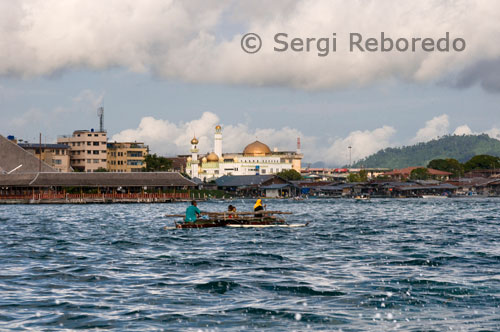 A fishing boat leaving the port of Semporna. In the distance you can see the mosque in Semporna. The only interesting building in Semporna is the mosque, pure white, contrasting with its surroundings, particularly with the market, medium built over the water. The Diving from Semporna options are varied, from the backpacker budget is spent diving and sleep diary for 2 euros, to luxury resorts, some with private island, passing through the strangest place I've dived the SeaVentures mentioned Dive oil platform, which now, instead of extracting oil from the seabed, sent divers to it. Junkie Scuba-diving is the most popular center of Semporna, with attached guest house, you only costs 2 € if you dive with them and 4 € if you stay only. The owner, Tino is a German lover of underwater photography, as evidenced by dozens of high quality pictures hanging on the diving center, and the manager, Ric, a Scot who went on vacation 2 weeks ago and stayed 5 years . For 50 € you can do 3 dives per day, meals included, leaving at 8 am and returning on the 4. The speedboats take 40 minutes to get from Semporna to Mabul, the Sipadan island nearest to accommodation but too aborrotada for my taste, and in 20 minutes you are in Sipadan. The first dive leaves you so stunned that you almost forget to breathe, since only 2 / 3 meters in depth the variety of corals and tropical fish is unique. Although this is not the best time of year, the monsoon still be lurking, visibility is good, between 15 and 20 meters.