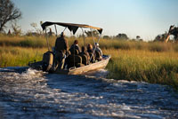 A speedboat sails the Okavango Delta on a water safari camp organized from Eagle Island Camp by Orient Express , outside the Moremi Game Reserve in Botswana . There are rivers that die at sea , waterways that run for miles over land , fatter , increasing its flow, to release into the ocean. There are others that flow in lakes, in other rivers ... But there are other , very few, who defied the established just pouring water into the desert sands inland, disappearing , vanishing as if by magic . This is what happens to the Okavango River , 1,600 miles after birth. After sprouting in southwestern Angola ( which has the name of Cubango ) , turns east , away from the sea, starting its journey along the border between South Africa and Namibia ( then being known as and Okavango ) to go to die to Botswana . Well away from the Atlantic and Indian Oceans , in the middle of the southern cone of the continent , creating the largest inland delta in the world . Is the Kalahari which hosts the river , especially in the months of July and August , shortly after entering Botswana to the north.