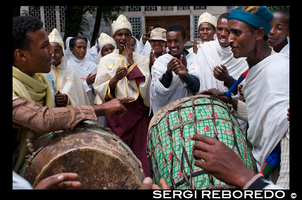 The drums play in the modern church of St Mary of Zion in the time in which a couple are about to marry. The dances and the guests vesturarios dazzle any visitor, especially to foreigners. The holiest shrine in Ethiopia is the Church of St. Mary of Zion in Axum town, there Ethiopians say that is the true Ark of the Covenant of the people of Israel, and is mentioned in the Old Testament. The Ethiopian Orthodox Church claims that are the repository of the Ark at St. Mary of Zion, but there are several alternative hypotheses about the whereabouts of the Ark mysterious.