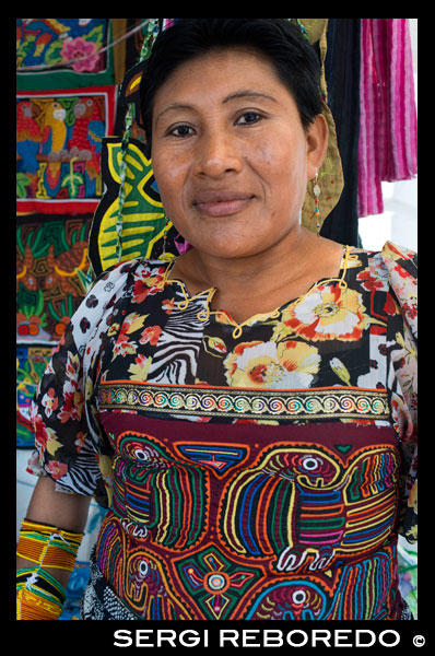 Portrait of Kuna women sell their molas to the tourists. Panama City Casco Viejo kuna indian traditional handicraft items sellers by kuna tribe.  Old Quarter, Panama City, Republic of Panama, Central America. In Balboa, on Avenida Arnulfo Arias Madrid and Amador, is a small YMCA Handicrafts Market, with mostly Kuna and Emberá indigenous arts and crafts, and clothing. Old Artesanal YMCA Go for: native handicrafts, molas bags, shirts, glasses cases, and pot holders, embroidered blouses, jewellery, hand-woven hats, work by Emberá and Wounaan Indians of the Darién province. Address : Av. Arnulfo Arias and Av. Amador, Balboa, Panama City, Panama