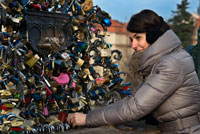 The couples swear eternal love by placing a lock on the Charles Bridge. Along the Charles Bridge in Prague is this bridge with bars full of padlocks. Is not this a unique place to have occurred to find another use locks to keep the belongings as we can find in different cities around the world with padlocks bridges like this. They are in Rome, Moscow, Pecs, Seoul, Korakuen, Cologne, Wrowclaw, Montevideo, Huangshan, Odessa, etc.. Bridge The original staircase descending from the bridge to Kampa Island was replaced by a new one in 1844. The following year, a new flood threatened the integrity of the bridge, but ultimately there were no significant damage. In 1848, during the days of the Revolution, the bridge escaped unharmed to the guns, although some of the statues were damaged. In 1866, lights were installed pseudo-Gothic style (gas initially, but later would be replaced by electric) on the railing of the bridge. In the 1870s the first regular public transport (bus) became operational on the bridge, which would be replaced later by a tram pulled by horses. It was also in 1870 that the bridge would be called by its current name from Charles Bridge. Between 1874 and 1883, the towers underwent a thorough renovation.
