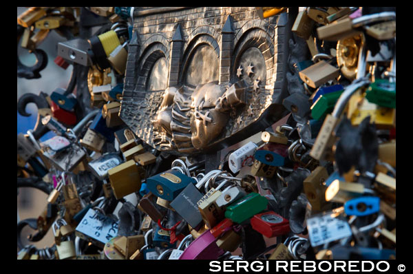 Padlocks on the Charles Bridge. The idea, inspired by the protagonists of the novel I have wanted you, by Federico Moccia, is to close a lock and throw the key into the river to seal a relationship. Although the Roman municipality removed the locks, they began to join in unexpected ways, and try to stop this tradition that endangers the structure of this bridge, the custom migrated to other cities where they are still closing promises of eternal love. Some other famous bridges are lucky they Vecchio, Florence, the de Triana in Seville, Pont des Arts in Paris; Tretyakov in Moscow; Hohenzollernbrüke in Cologne, Germany, in Wroclaw, Poland, Huangshan, China, the bridge mother, in Odessa, Ukraine; Bryggebroen in Copenhagen. Thirty sculptures, mostly of saints, guarding the bridge that crosses the Vltava river. But only two key locations concentrated magic. According to legend, Juan Nepomuceno, confessor of the queen of Bohemia, Wenceslas IV was executed for refusing to break the seal of confession. After being tortured, tied up and thrown into the river from the same bridge. Thus, the first special point is under the statue. You have to touch the figure of a dog, representing faithfulness, and the low relief of the saint's body that represents the time of his martyrdom. Recognize the right place is easy because, due to the contact of many hands, shines more than the rest of the work. It is said that to return to Prague there to touch it. The second place that attracts tourists is the exact spot where St. John was thrown, now marked with a plaque on which are five star, the same as they would have appeared in the San Juan water sink. Who put there your hand should make a wish and granted the saint.