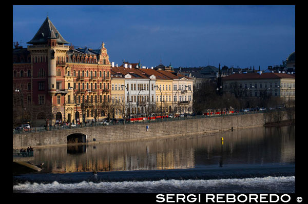 Images of the Vltava River as it passes through the Charles Bridge in Prague. The Vltava (Czech: Vltava, in German: Moldau; Polish: We? Tawa) is the longest river in the Czech Republic. Born in the Czech part of the Bohemian Forest, passing by? Eský Krumlov? Eské Bud? Jovice and Prague, and finally joins the Elbe at M? Lnik. Its length is 430 km and irrigates an area of ??approximately 28 000 km ², at its confluence carries more water than the Elbe, but joins at right angles to its course, it seems a tributary. In August 2002 a flood of the Vltava killed several people and caused extensive damage along its course. One of six symphonic poems Czech composer Bed? Ich Smetana in his book My Country (Czech: Má Vlast) is called Vltava musically evokes the river.