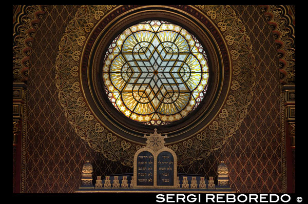 Jewish Museum in Prague. Spanish Synagogue . The Spanish Synagogue ( Hebrew: ? ? ? ? ? ? ? ? ? ? ? ? ? ? , Czech : Špan ? Lská synagogue ) is a synagogue located in Prague's Josefov neighborhood and inspired by Viennese Leopoldstädter Tempel Synagogue . His name is probably due to the fact that it presents a Moorish style very similar to that developed in Spanish monuments such as the Alhambra . It was built between 1868-1893 and repaired in the 1990s after the Nazi occupation of World War II , in which the building was used as a storehouse for goods confiscated from Jews . History In the place where the synagogue is currently before there was another Jewish temple known as Stara škola ( Old School ) . Was built between the eleventh and twelfth centuries , and the oldest existing information it is the year 1142. Possibly it was built and used by the Sephardim of Byzantine origin . Between 1836 and 1845 he worked as an organist Frantšek Škroup , the author of the Czech national anthem Kde domov m ? J ? ( Where is my home ? ) . Old School in later years served as a synagogue for the Jews of Prague reformers German native speakers . Due to poor condition of Old School and due to inadequate reconstruction in neogothic style , it was decided to destroy and replace the current building . They used the Moorish style which was very popular in European Jewish communities of the nineteenth century . The architects responsible for renovating the building were Ullman and Niklas . The decor inside made ??stucco Q. B? Lský . The synagogue was completed between 1882 and 1893 . In 1935 the inagoga was extended by the South , according to the project of architect K. Pecánek . This part is known as the Hermitage of Winter . During World War II the synagogue served as a store of objects other synagogues confiscated other Czech Jewish communities . Between 1958 and 1959 he rebuilt the interior and the synagogue became the custodian of the Jewish Museum . However, the building began to neglect and thus closed . Finally , in 1989 new works began to recover its original beauty. It was reopened in 1994 and was first used for religious service , in principle only holidays and Mass later for regular Friday night. The owner of the building is the Jewish Museum in Prague . Near the synagogue also have their offices , library and deposits . News Today the synagogue houses an exhibition of the Jewish Museum presents the history of the Jews in Bohemia and Moravia from Josephine reforms until the twentieth century , including several silver objects synagogues. The exhibition takes place in the so-called Ermita de Winter and Robart Guttmann Gallery , located in the rear of the building are art exhibitions on Jewish topics . Besides religious rites are concerts of classical music.