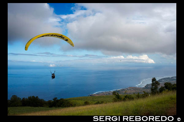 AzurTech. Paragliding along the beach in St. Leu. Reunion Island is one of the most recognized in the world of paragliding. There are around fifteen tracks of Meeting. But the track Colimaçons (St Leu) is one of the most suitable for paragliding. The track ends on a gentle slope overlooking a cane field at 800 m altitude. The output is also available in 1,500 m. A flight takes 15 to 25 minutes Colimaçons area to the beach. Fifteen structures offer the practice of this sport, either in partnerships that bring together independent drivers, or as a professional structure that allows foreigners to carry out the first flight schedule students to take courses.