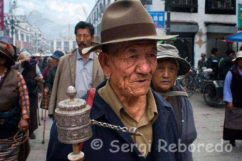 Pilgrims around the Jokhang Temple. Lhasa. Every day thousands of Tibetans make the kora in Jokhabg temple. For Tibetans, to walk the kora is turning in the direction of clockwise sacred places or buildings by either a monastery or a lake or a mountain.