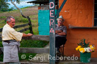 "Sellers of flowers next to the Mirador de Filandia. Filandia is located north of Quindio to 04 º 40 '48.7 ""north latitude and 75 º 39'48 .5"" W, in the branches of the western central mountains, is at a height of + / - 1,910 meters above sea level (taken in the main square, beside the bust of Bolivar, with GPS-Global Positioning System: Navigation System with Satellite location-) and an average temperature of 18 degrees Celsius. Average annual rainfall: 2,829 mm. The name appears Filandia village in El Cerrito, Valle del Cauca, a ravine in San Vicente, Caquetá, a place in Chaparral, Tolima, a place in Ituango, Antioquia, and a place in Neiva, Huila. Its population of 12,377 inhabitants (according Sisben to March 2010)."