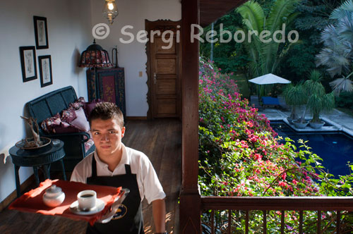 A waiter brings breakfast to the rooms at the Hacienda San Jose. Pereira. The Hacienda San Jose was built in 1888, is one of the oldest farms located around the city of Pereira, capital of Risaralda department, with over one hundred years of history that can be recognized both in the details of its construction and the particularity of its furniture. The walls of rammed earth on the first floor connecting visitors with houses typical of the era of colonization Caucana, and its strong Spanish influence, while building on the second floor adobe puts it in line with the architecture of colonization Antioquia. Hacienda San Jose facade. The surrounding countryside with its ancient Hacienda samanes, kapok trees and gourds invites visitors and guests to reconnect with nature through the area horseback riding, hiking nature trails in one of the largest reserves of Colombian bamboo, or to enjoy of fine weather. San Jose offers visitors and guests an extensive international menu, wine list of different houses and regional dishes that continue the tradition of the area.