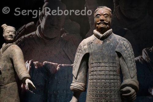 Admission to the exhibition of the Warriors in Xi'an. The figures are sculpted in clay to a size of between 1'76 and 1.82 meters, one to one modeled probably the image of the army at that time served the Emperor Qin Shi Huang. All the statues were also painted in bright colors denoting their hairstyles and clothes belonging to different ethnic groups. Years later, in 1980 she made another discovery singular 20m west of the tomb of Qin, a pair of bronze chariots with wheels shot four horses, which faithfully reproduce the gala carriages on display in a small museum located to the right of the main entrance.