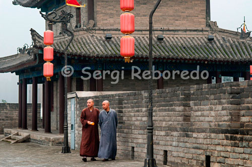 Monks walking down the top of the wall of Xi'an. Although not as famous as others, is the best preserved city wall defending all Chinese cities. It was built between 1374 and 1378 on the Forbidden City of Ming Dynasty and today is still fully in place.