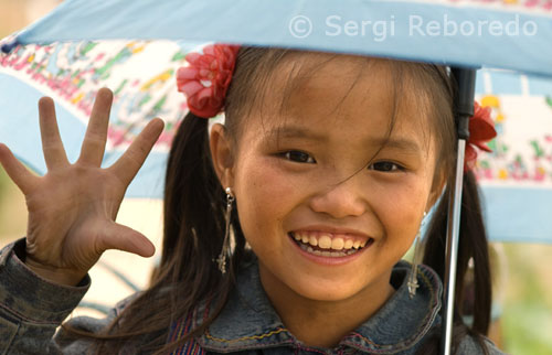 Retrato de una niña de la étnia Hmong en la aldea de Lao Chai.